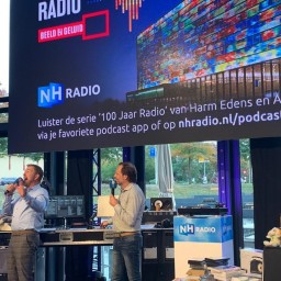 Afleveringplaatje van S2 E30 100 Jaar Radio - Special requests (oa Familie Doorsnee, Cor Galis, de start van Serious Request, Koffietijd en seks op de radio e.v.a.)