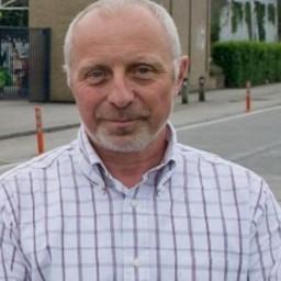 Afleveringplaatje van Terug naar school met directeur Geert Orgaer