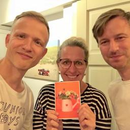Afleveringplaatje van ALLES over autorij-dyslexie, Prince en levensverwachting, met Aaf Brandt Corstius